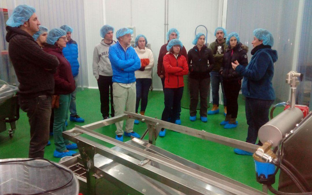 Alumnos del de Centro de Educación de Adultos de Sabiñánigo visitan el vivero de Biescas